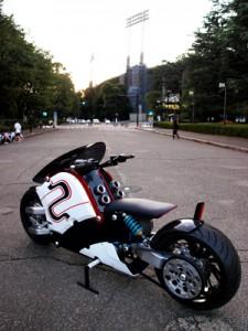 国産電動バイクが街を疾走